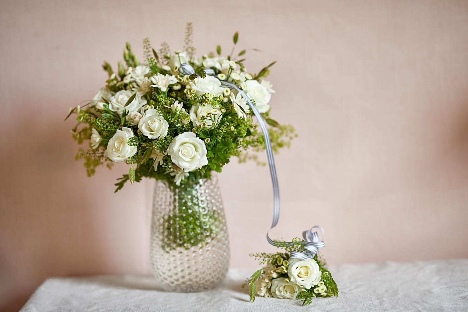 witte rozen in vaas